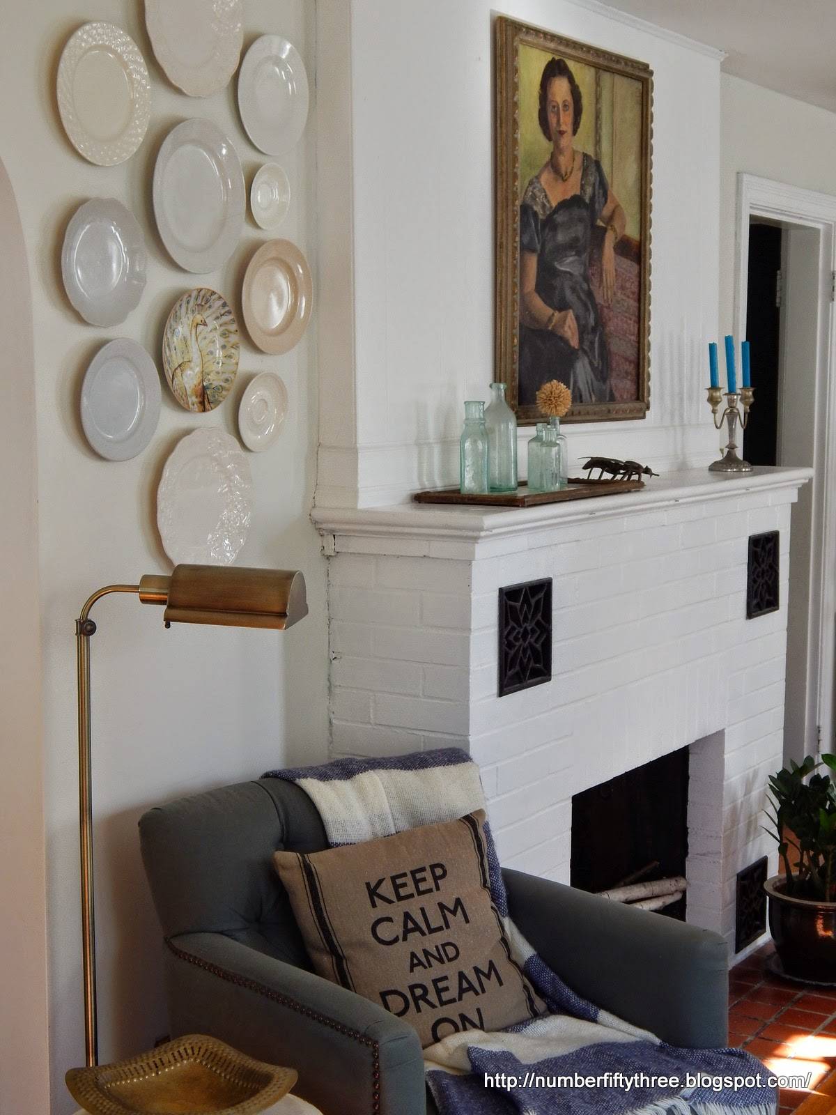 The BEST gallery wall ideas are just a click away! Gather tons of inspiration to help you plan a gallery wall in your own home: whether it's behind a couch, on a staircase or around your tv, you'll get some great ideas on how to decorate your living room walls!